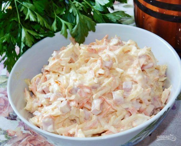Морковный салат с яблоком, ветчиной и сыром