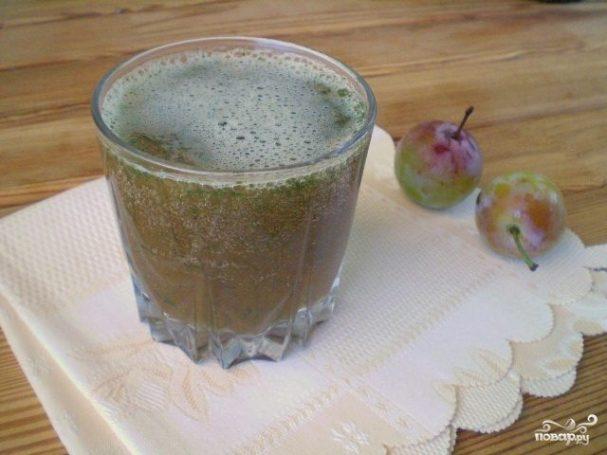Зеленый коктейль со сливой