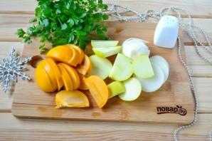 Мясо, запеченное с хурмой, яблоком и луком - фото шаг 2