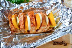 Мясо, запеченное с хурмой, яблоком и луком - фото шаг 6