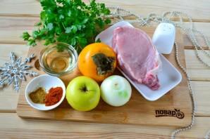 Мясо, запеченное с хурмой, яблоком и луком - фото шаг 1