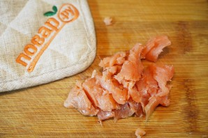Норвежский салат с лососем на хлебе - фото шаг 1