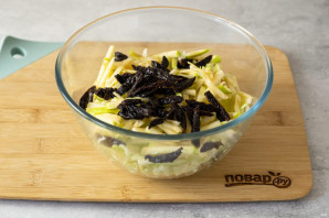 Салат из капусты с черносливом и яблоком - фото шаг 5
