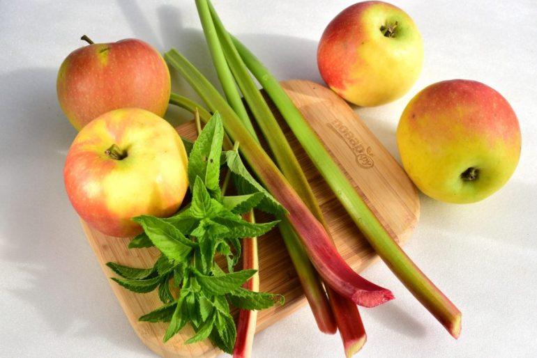 Компот с ревенем и яблоками