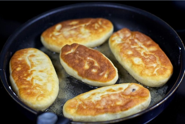 Пирожки, жареные на сковороде