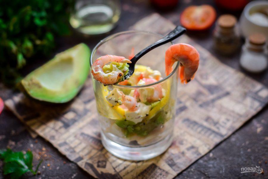 Салат с креветками, кальмарами и авокадо