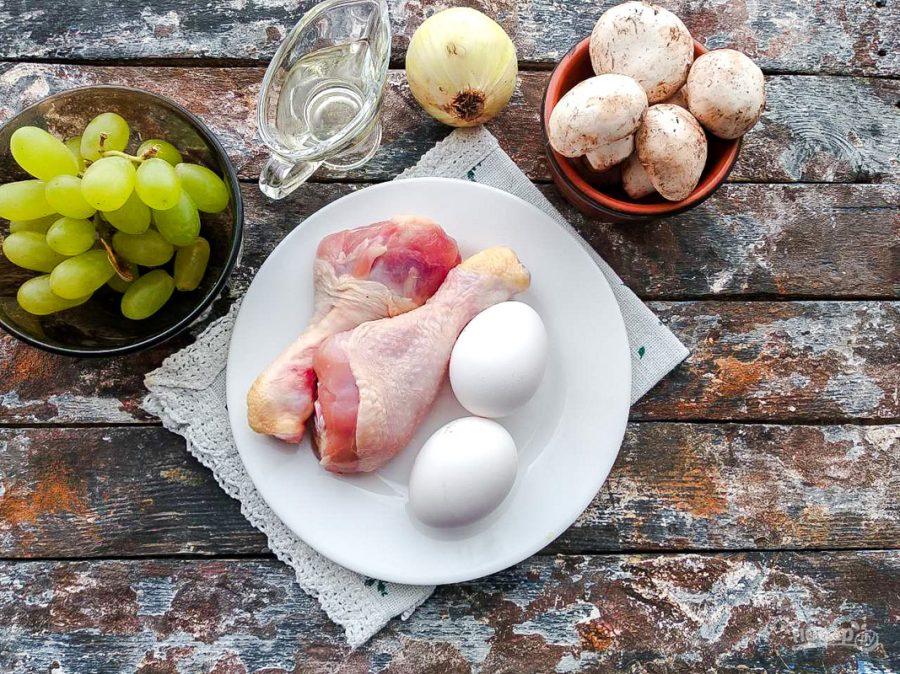 Салат с грибами, курицей и виноградом