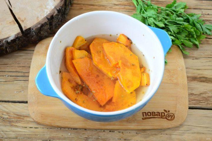Тыквенный крем-суп с крутонами и голубым сыром