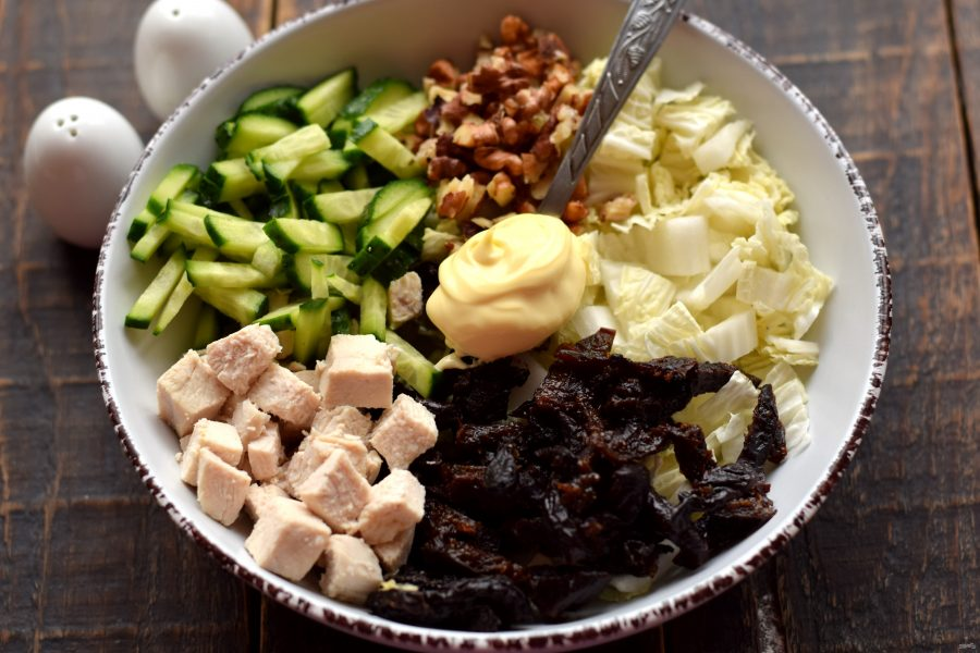 Салат с курицей, пекинской капустой и черносливом