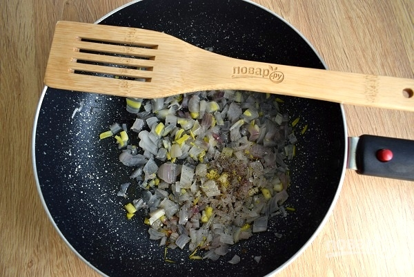 Салат из куриной печени слоеный