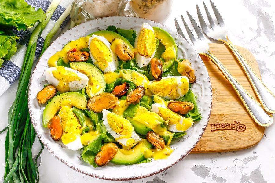 Салат с мидиями и авокадо