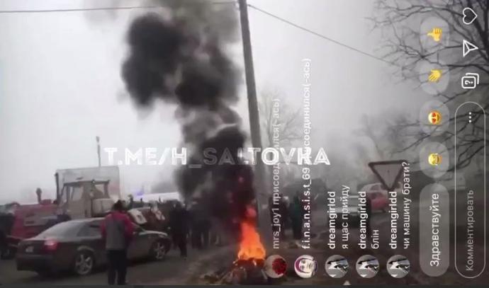 У Нових Санжарах перекрили дорогу,  палять шини, сутички з поліцією, щоб не пустити людей із Китаю