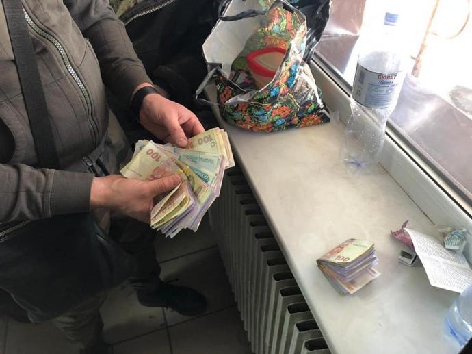 Гроші  у сміттєвих відрах: ДБР нагрянуло з обшуком на митний пост