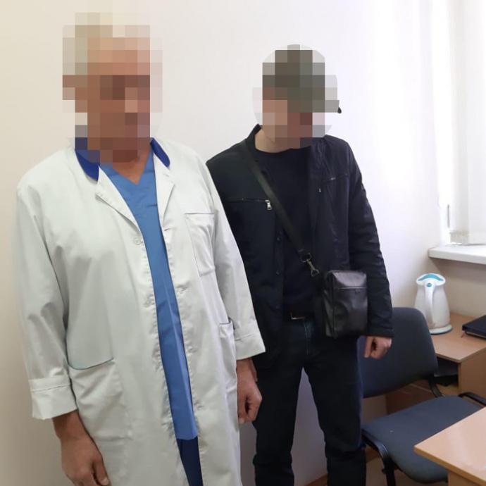 Лікаря онкодиспансера впіймали на хабарі