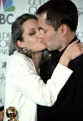 Angelina Jolie Hier ksst sie ihren Bruder