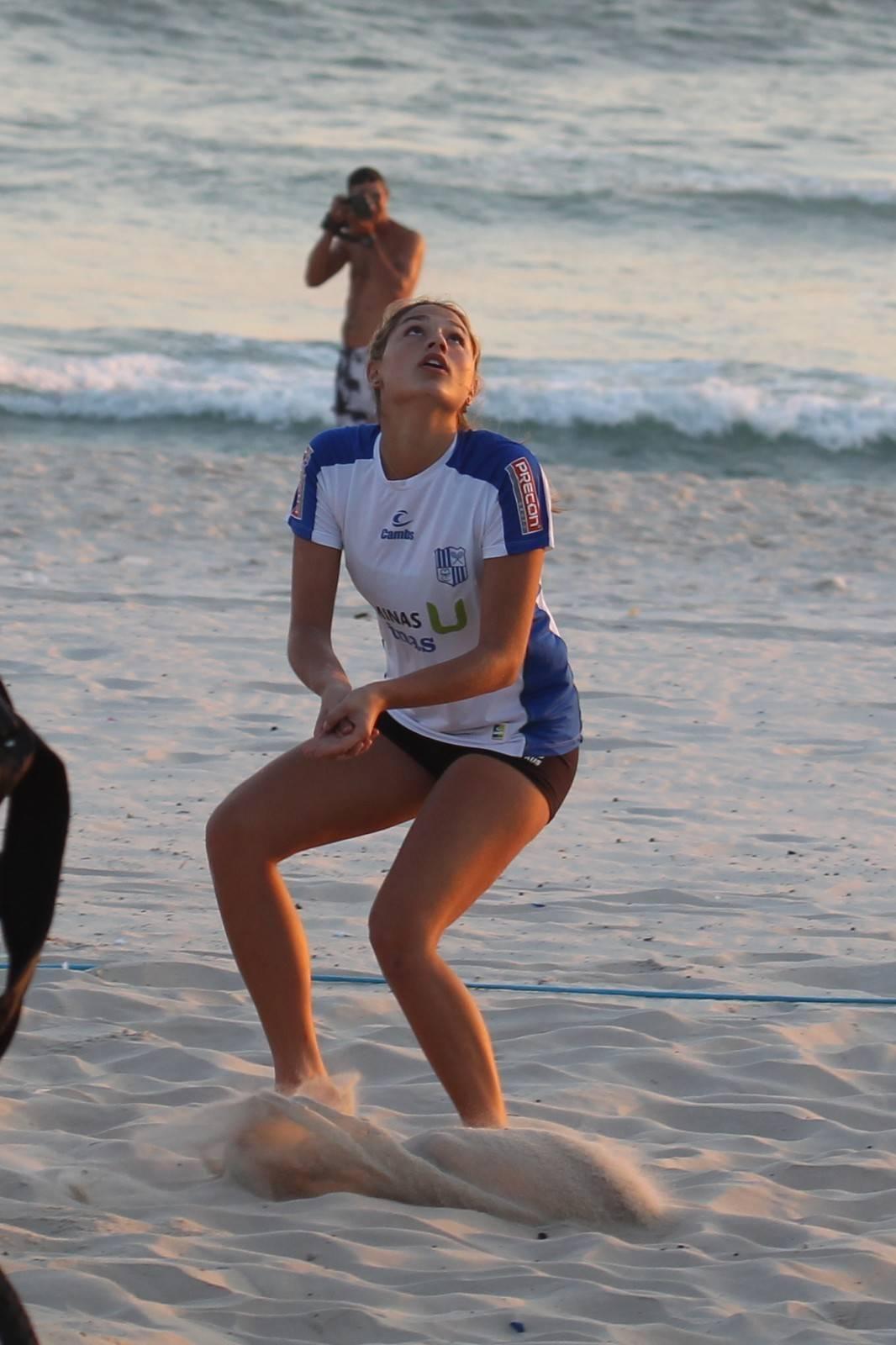 """Sasha também adora praticar esportes e às vezes é vista na praia com amigos jogando vôlei+ Xuxa revela que Sasha reclamava do trabalho da mãe: """"Vai lá brincar com o filho dos outros""""> Acesse o R7 Play e assista na íntegra a todos os programas da Record! Clique e experimente!"""