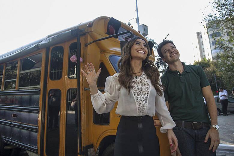 Um ônibus todo colorido invadirá pela primeira vez a tela da Record! Tendo a japa mais famosa do Brasil ao volante, todos poderão acompanhar a grande estreia do Busão da Sabrina, neste sábado (12). Para o começo do quadro, Sato dará uma carona para Rodrigo Faro+ Mil jeitos de usar! Vote no penteado de Sabrina Sato que você mais gostou!+ 'Nem a conhecia', revela Luciana Gimenez sobre rivalidade com Adriane Galisteu+ MC Gui se emociona ao falar sobre o irmão morto aos 17 anos: 'Sigo em frente com a ajuda dele'
