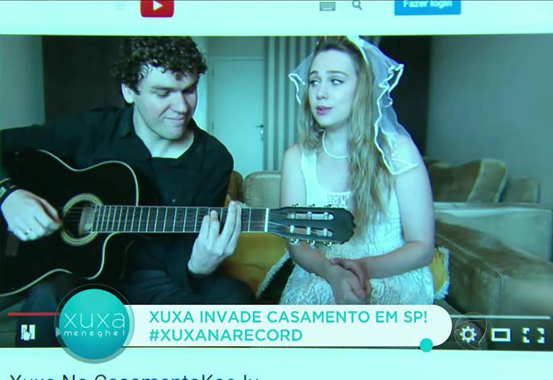 Um mês antes do casamento, Karina e Júlio postaram um vídeo na internet pedindo a presença de Xuxa na cerimônia. No final da gravação, a noiva cantava a música Lua de Cristal, que diz: 'Tudo pode ser, só basta acreditar. Tudo o que tiver que ser, será!'> Acesse o R7 Play e assista na íntegra a todos os programas da Record! Clique e experimente!