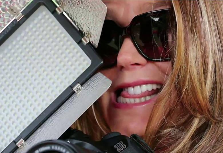 Para conseguir surpreender Karina, Xuxa se disfarçou e se misturou com a equipe de fotógrafos> Acesse o R7 Play e assista na íntegra a todos os programas da Record! Clique e experimente!