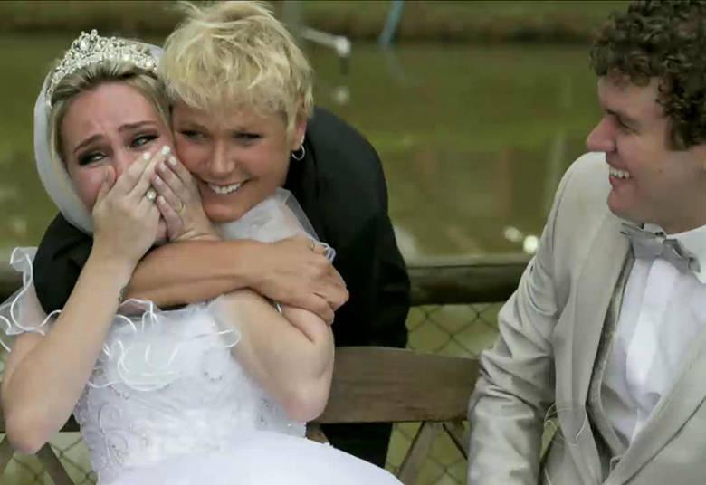 O Xuxa Meneghel desta segunda-feira (12) já começou com uma surpresa especial. Xuxa invadiu o casamento de uma fã que sempre sonhou em conhecê-la. Depois de uma campanha na internet, a noiva conseguiu encontrar a rainha no momento mais importante da sua vida> Acesse o R7 Play e assista na íntegra a todos os programas da Record! Clique e experimente!
