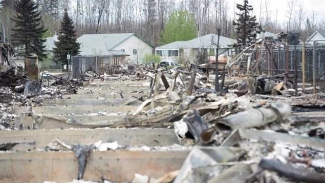 Un quartier dévasté par le feu de forêt de Fort McMurray.