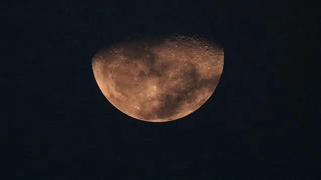 À ce jour, seuls les gouvernements des États-Unis, de la Chine et de ce qui était alors l'Union soviétique ont envoyé des engins sur la Lune.