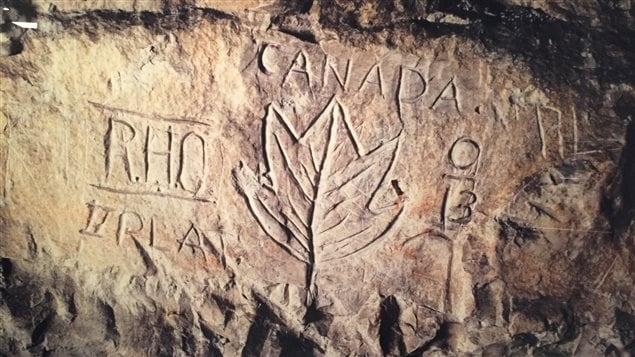 Une feuille d'érable gravée dans la pierre