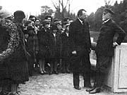 Le président T. G. Masaryk et Frantisek Bakule entourés des jeunes du Choeur Bakulé