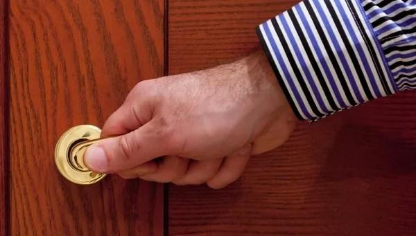 طريقة فتح الباب المقفل بسهولة Rajil