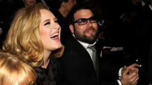 Adele accepts divorce pact with estranged husband