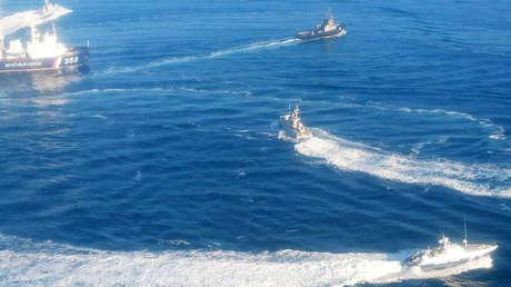 Tres buques de la Armada de Ucrania avanzan hacia el estrecho de Kerch después de cruzar la frontera rusa, el 25 de noviembre de 2018.