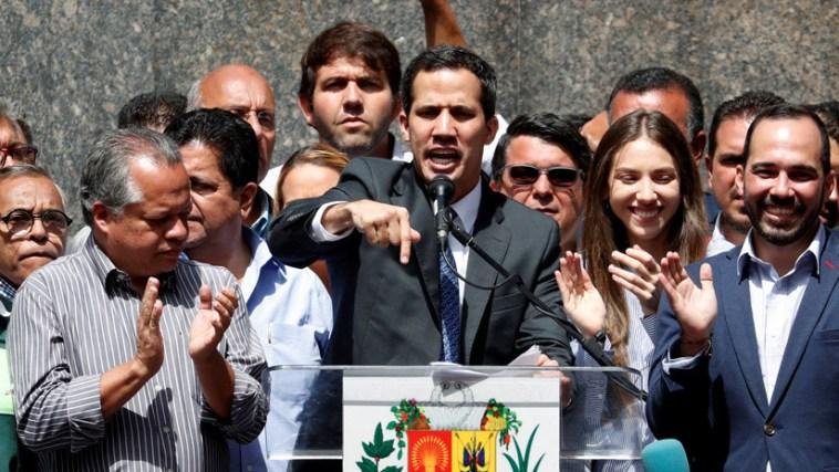 Juan Guaidó llama a militares inconformes a una insurrección en Venezuela y convoca a gran movilización