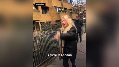 Una mujer agrediendo a un grupo de jóvenes en Londres por hablar en portugués.