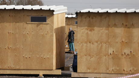 FILE PHOTO A woman in a refugee camp in Grande-Synthe, near Dunkirk, northern France © Pascal Rossignol / Reuters