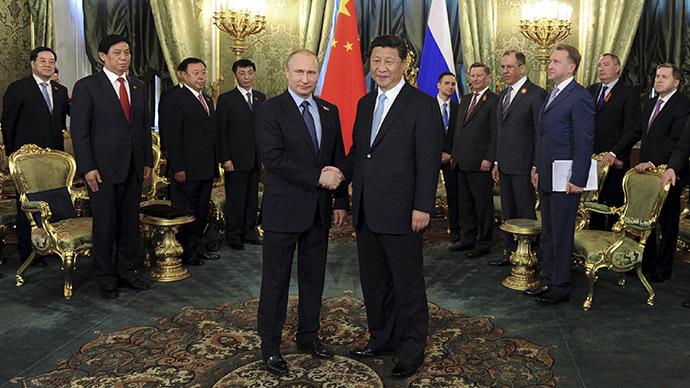 May 8, 2015. Russia's President Vladimir Putin (L) shakes hands with China's President Xi Jinping. (Reuters/Mikhail Klimentyev/RIA Novosti/Kremlin)