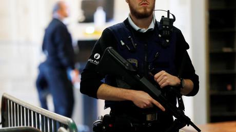 Un policier belge en faction au tribunal de Bruxelles pour une comparution de Salah Abdeslam, février 2018.
