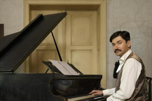 Saša Tabaković, ki je v glasbeno-dokumentarnem filmu upodobil Josipa Ipavca, je igral na Ipavčev izvirni klavir. Foto: Željko Stevanić
