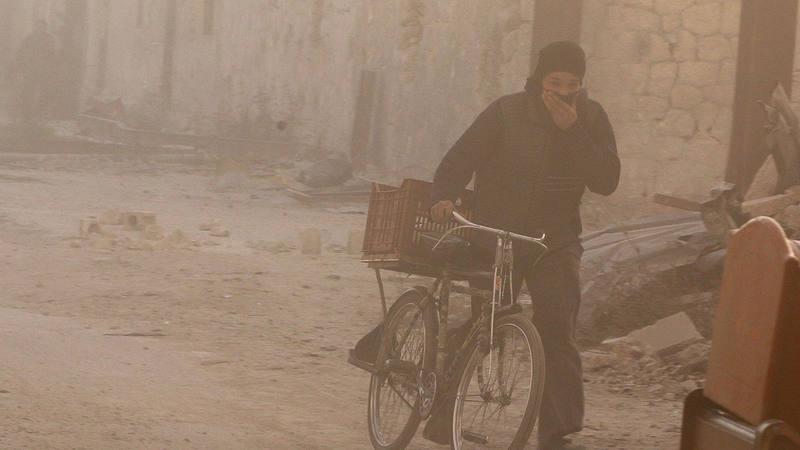Un hombre se protege la cara en la asediada Alepo