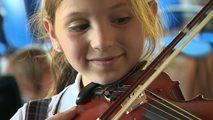 Niña tocando violín
