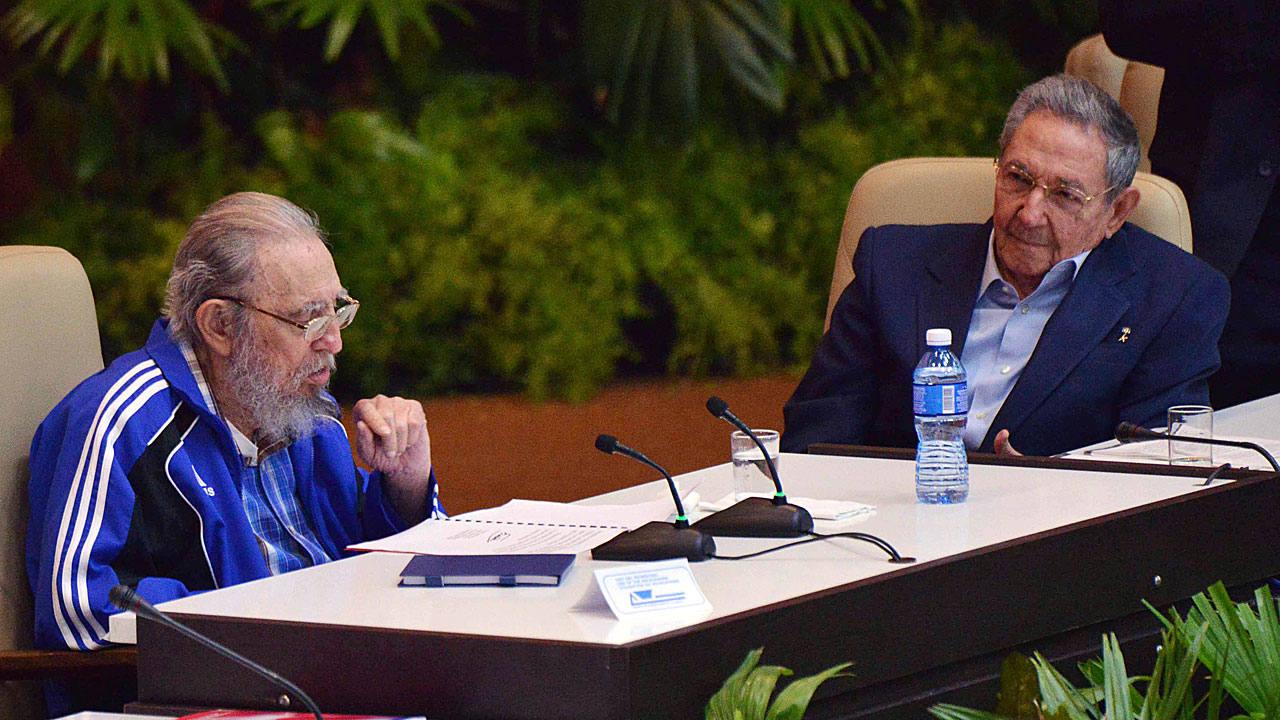 https://i0.wp.com/img.rtve.es/imagenes/lider-cubano-fidel-castro-aplaudido-asistentes-clausura-del-vii-congreso-del-partido-comunista-cuba-junto-su-hermano-raul/1461080994186.jpg