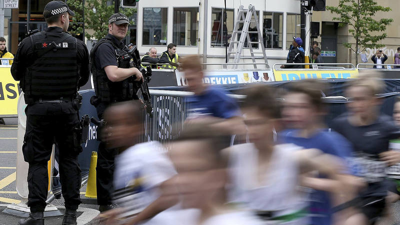 Policías patrullan las calles de Manchester durante la celebración del Great Manchester Run, en Mánchester