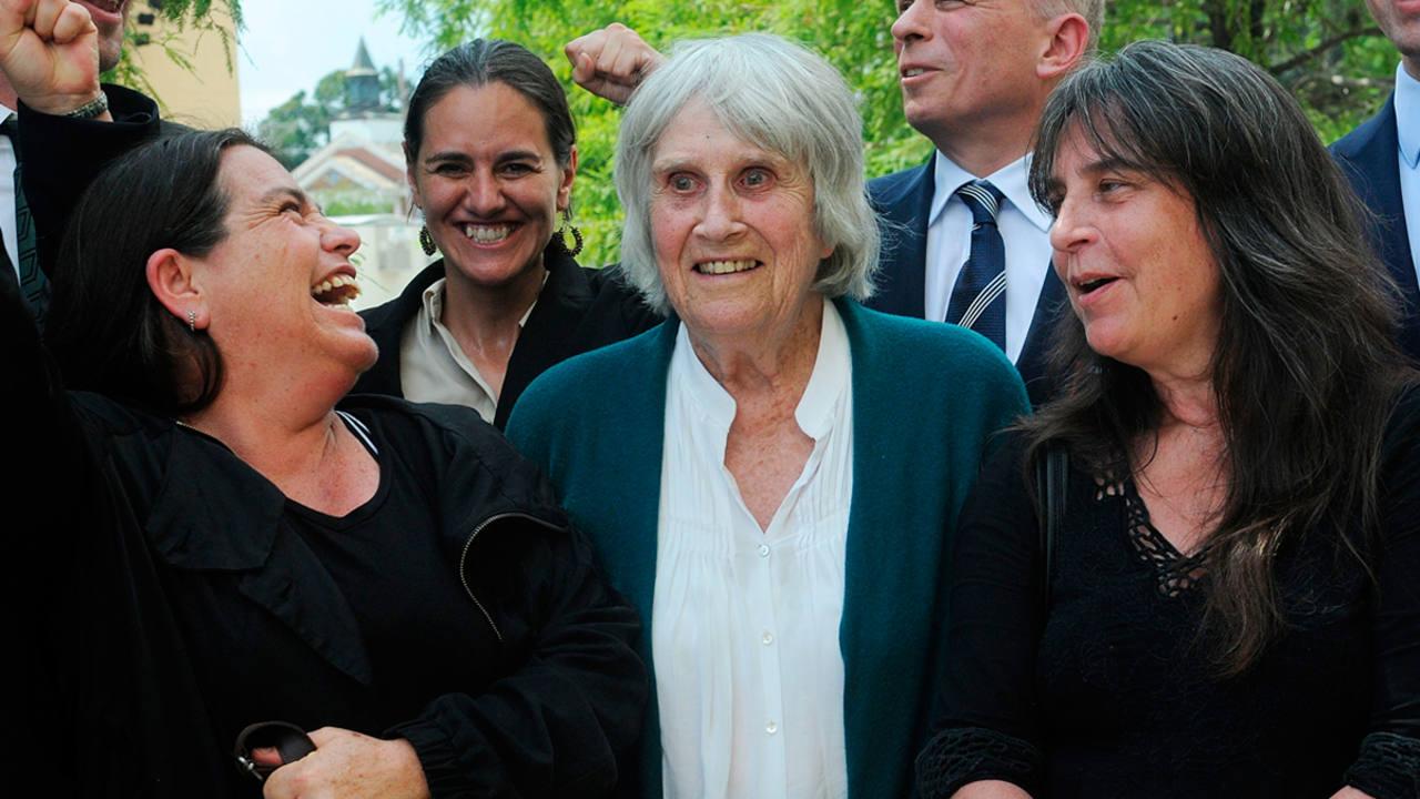 La viuda del cantautor chileno Víctor Jara, Joan Jara, entre sus dos hijas Amanda Jara y Manuela Bunster a su salida del Tribunal Federal en Orlando (EE.UU.).