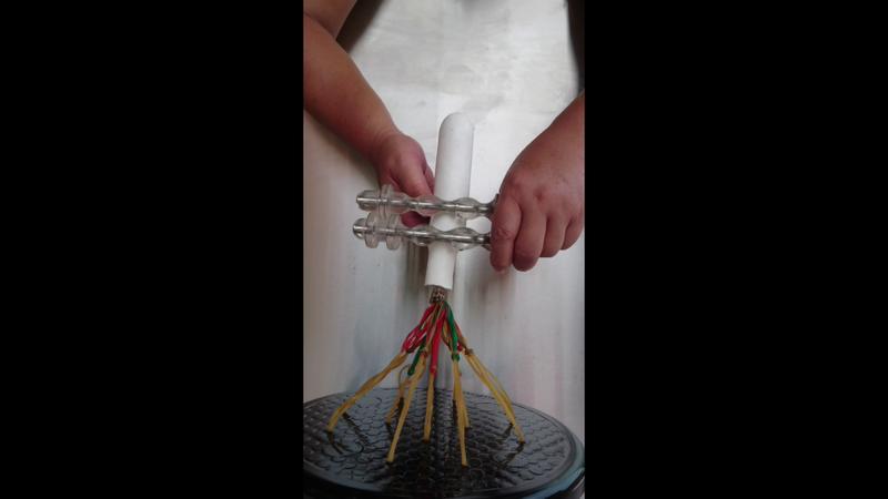 將按摩器夾在陰莖根部,稍微用力夾緊,把按摩器往龜頭方向推動,推到龜頭溝時放開按摩器 - 露天拍賣