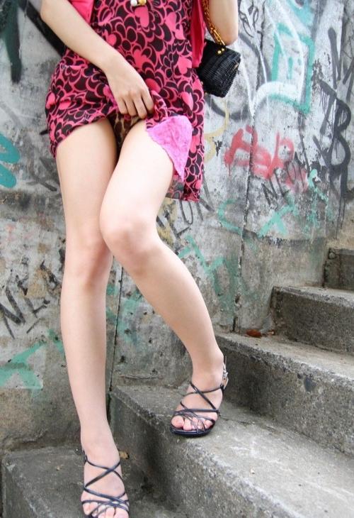 【三次】スカートをたくし上げてオトコに見せている女の子のエロ画像・4枚目
