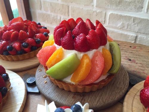 季節綜合水果派 價格: 一份250 /6吋880 /8吋1680 成分:海綿蛋糕.鮮奶油.當季水果.原味派皮