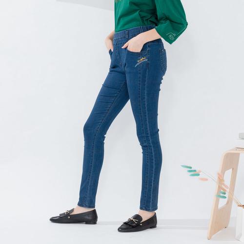 衣大樂事 【中大尺碼】MIT口袋繡線英文牛仔褲