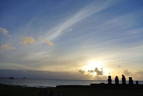 《南美》智利復活島。Ahu Tahai。披上蟬翼般金紗的摩艾