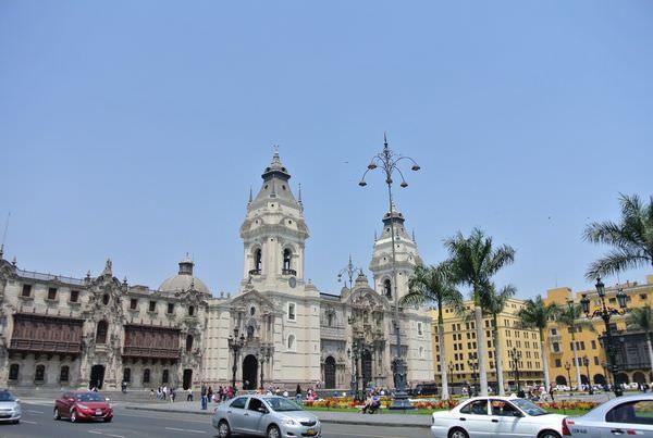 《南美》祕魯。利馬。Plaza de Armas。武器廣場 (下) 圖書館有絕對存在的必要!!