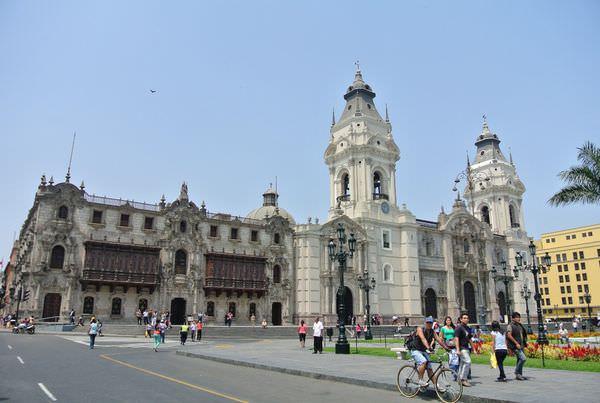 《南美》祕魯。利馬。Plaza de Armas。武器廣場 (上) 蝦米萬人塚!? 嚇!!