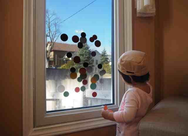 把膠帶反面(會黏的那一面)朝上,貼成一大片,固定在窗戶上就可以玩了